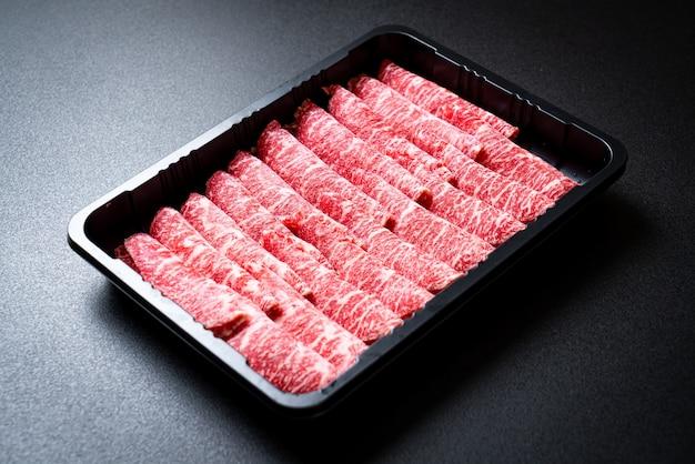 霜降りテクスチャでスライスした生の牛肉