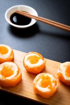 マヨネーズとエビの卵と新鮮なサーモン寿司ロール