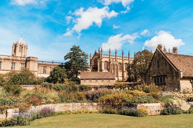 Церковь христа с военным мемориальным садом в оксфорде, великобритания