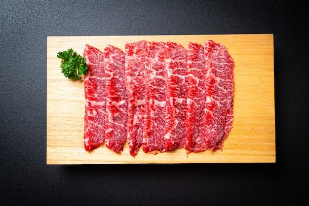 Свежая говяжья вырезка с мраморной текстурой