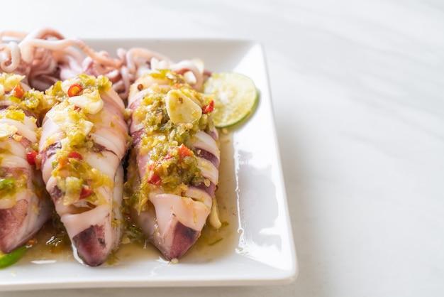 Кальмары на пару с острым перцем чили и лимонным соусом
