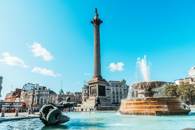 トラファルガー広場は、ロンドン中心部の公共スペースであり、観光名所です。