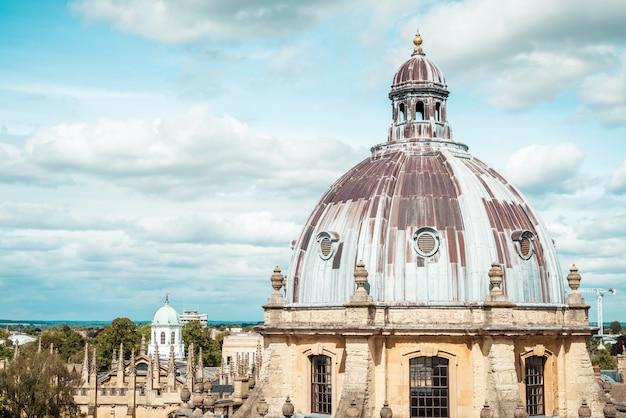 オックスフォード大学のラドクリフカメラとオールソウルズカレッジ。オックスフォード、英国