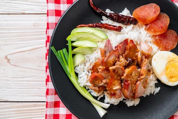 Жареная красная свинина в соусе с рисом