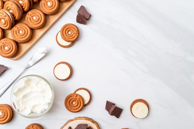 Шоколадное печенье со сливками