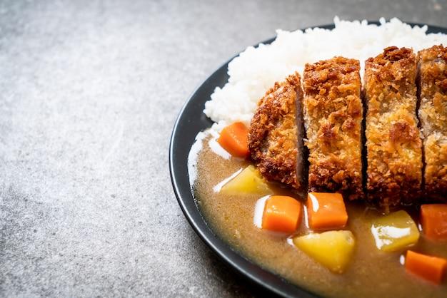 Жареная свиная котлета с карри и рисом
