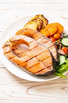 Стейк из лосося на гриле с овощами