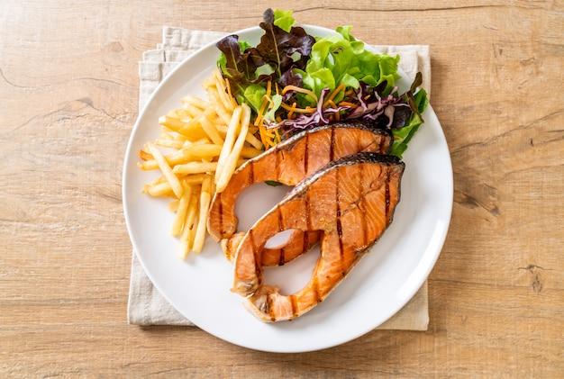 Стейк из лосося на гриле с картофелем фри