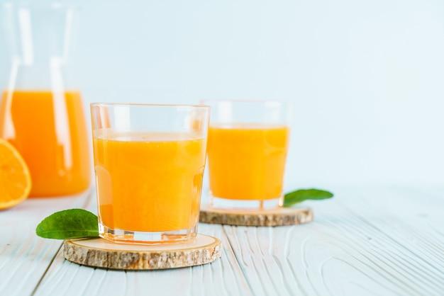 Свежий апельсиновый сок на деревянный стол