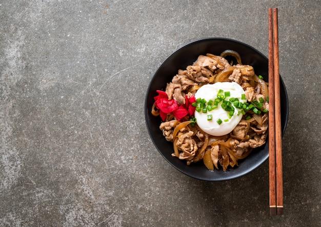 Свиная рисовая миска с яйцом (донбури) - японская еда