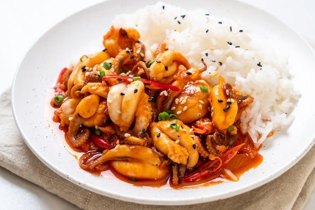 Обжаренный в духовке осьминог или кальмар и корейская острая паста (осам булгоги) с рисом