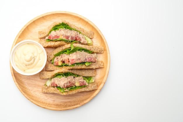 Домашний тунец сэндвич вид сверху