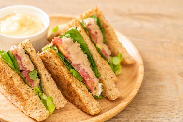 Домашний сэндвич с тунцом