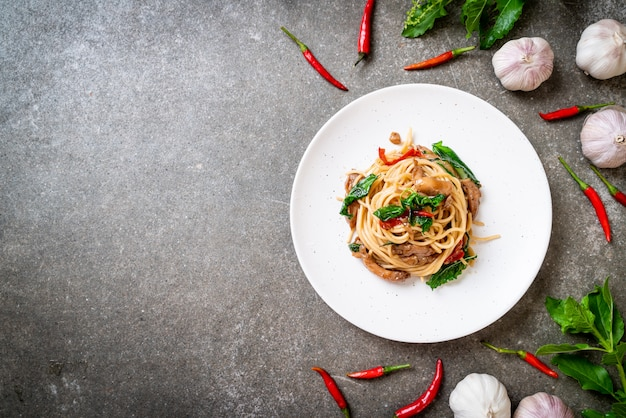 Жареные спагетти с курицей и базиликом