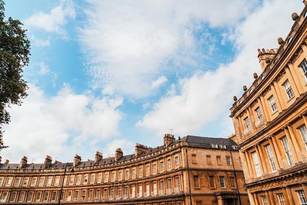 サーカス-英国の象徴的な建築物。バース市の大きなタウンハウスの歴史的な通り。