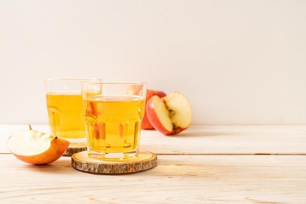 赤いリンゴフルーツとリンゴジュース