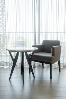 リビングルームの空の椅子とテーブル