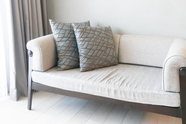 リビングルームのソファの上の美しい枕装飾
