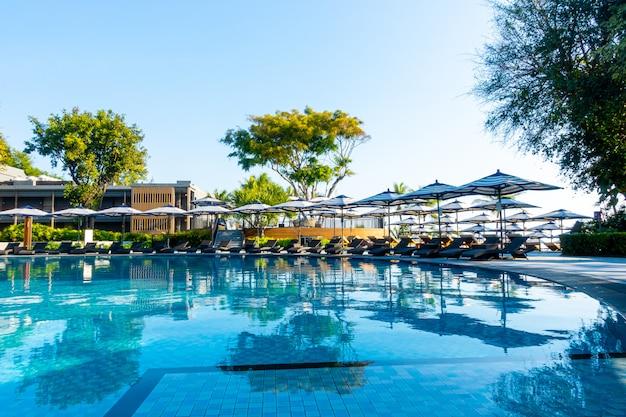 Красивый роскошный бассейн с зоной отдыха
