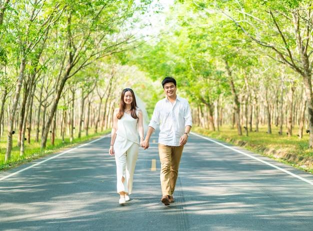 道路上の愛の幸せなアジアカップル