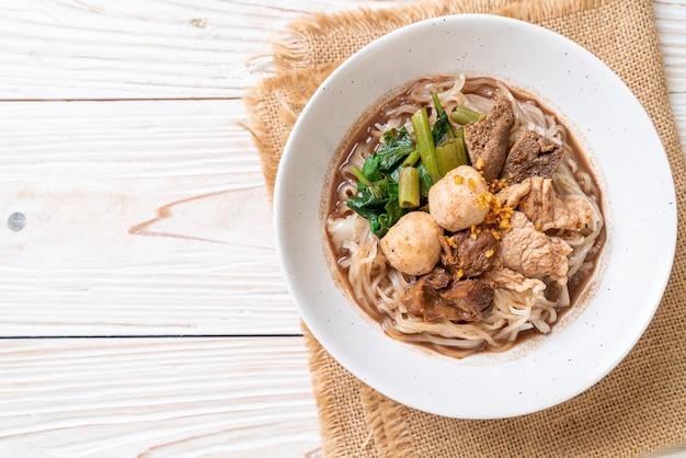 豚肉の煮込みライスヌードルスープ