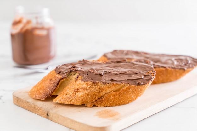 Хлеб с шоколадной пастой из фундука