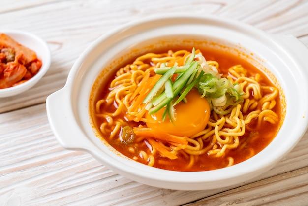 卵、野菜、キムチ入り韓国の辛いインスタントラーメン