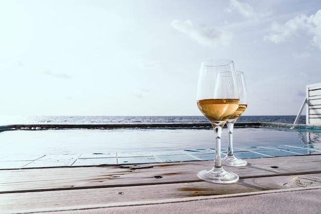 スイミングプールと海とウイスキーグラス