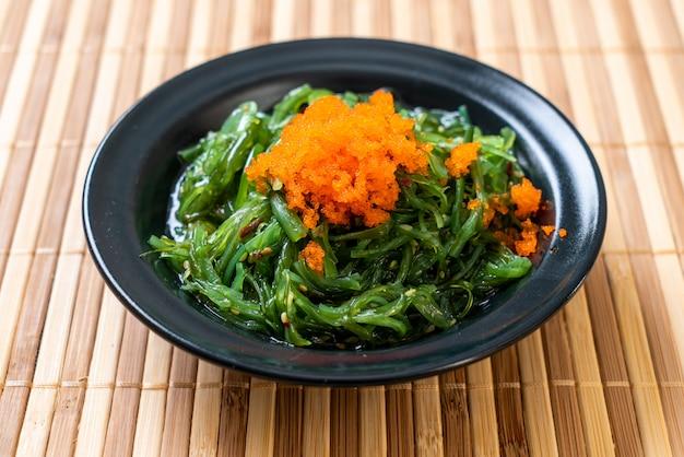Салат из морских водорослей с креветочными яйцами по-японски