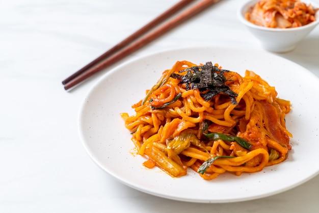 韓国のスパイシーソースと野菜の焼きそば