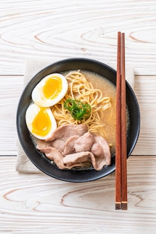Тонкоцу лапша рамен со свининой и яйцом