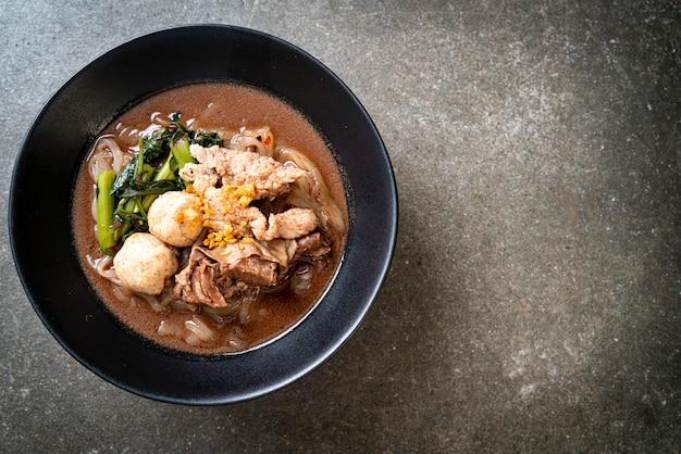 Рисовая лапша с тушеной свининой