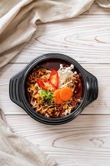 Корейская лапша быстрого приготовления в черной миске