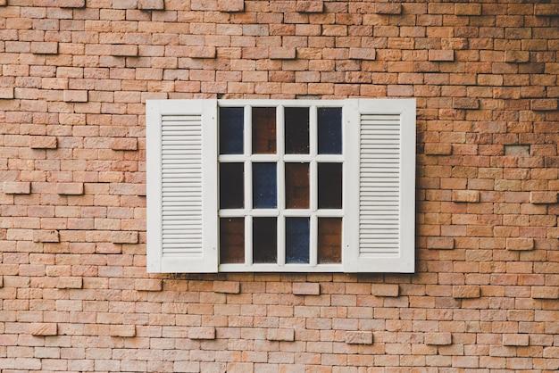 Старинные окна на кирпичной стене