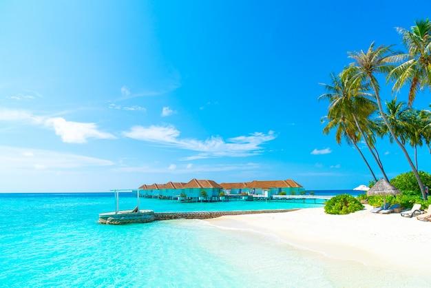 Тропический курортный отель на мальдивах и остров с пляжем и морем для отпуска