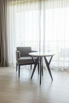空の椅子とリビングルームのテーブル