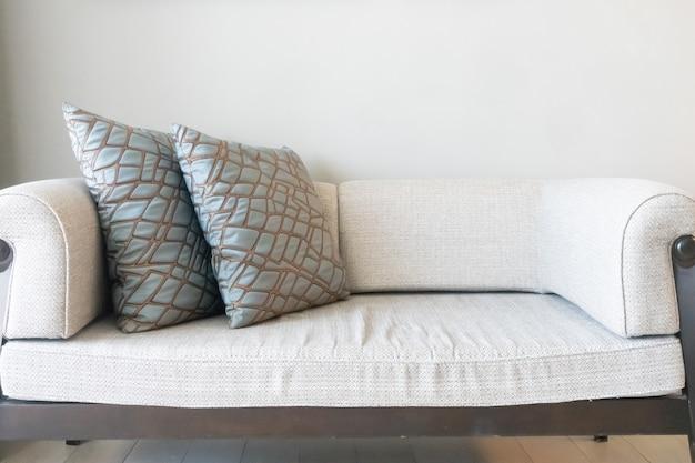 リビングルームのソファの上の美しい枕の装飾