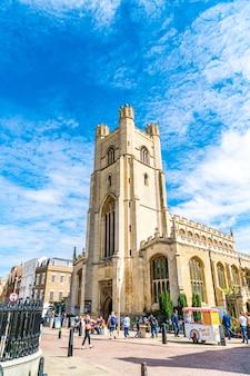 ケンブリッジのマーケット広場とセントメアリー教会。