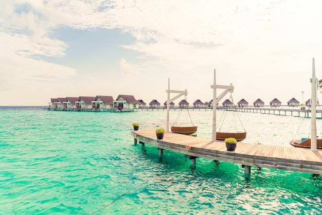熱帯のモルディブリゾートと海とソファのスイング