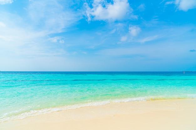 Красивый тропический пляж море и голубое небо для фона