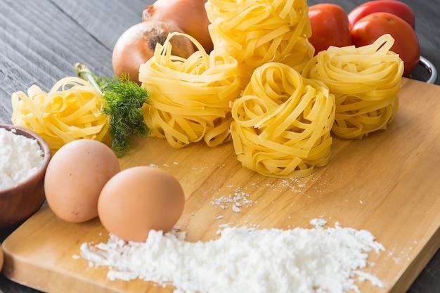 Сухие макаронные спагетти с ингредиентом