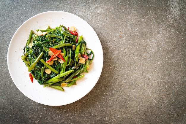 中国の朝顔または水ほうれん草の炒め