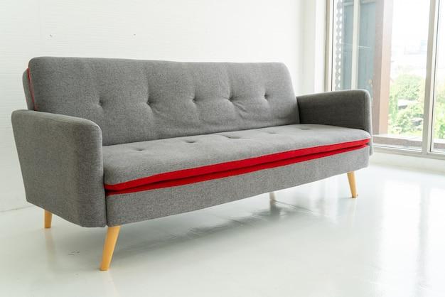 リビングルームの灰色のソファー
