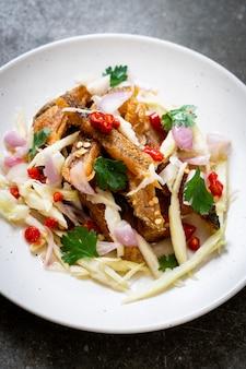 Хрустящая рыба гурами с острым салатом