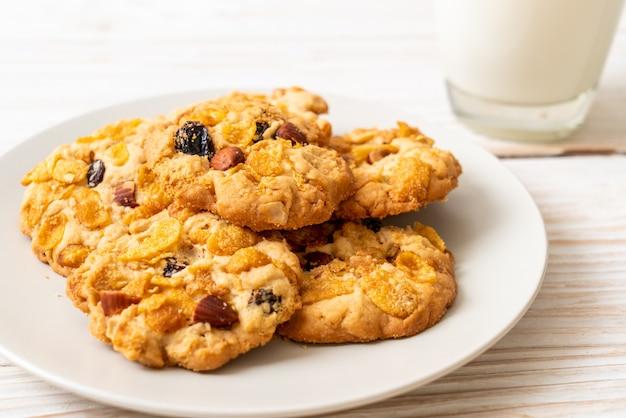 Печенье с кукурузными хлопьями с изюмом и миндалем