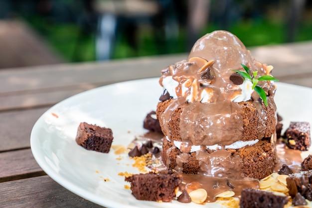 チョコレートアイスクリームとブラウニーのチョコレートパンケーキ