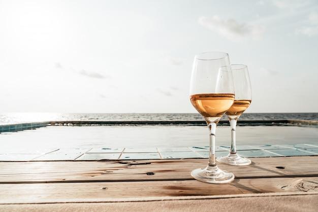 スイミングプールと海のウイスキーグラス