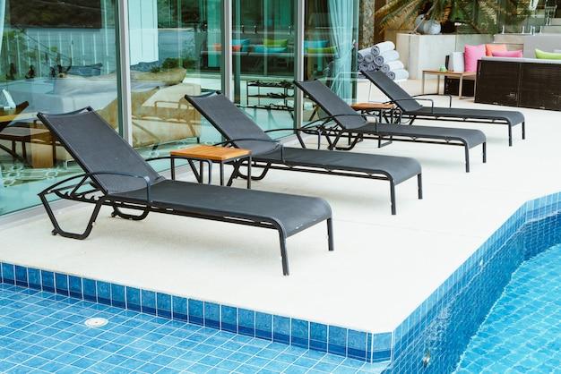 プールの近くの空のプールベッド