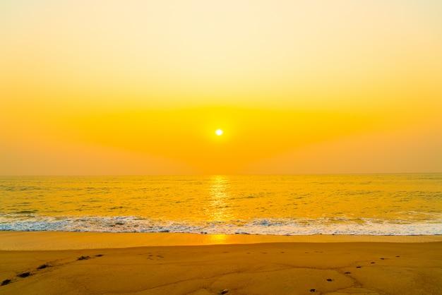 Морской пляж с закатом или восходом солнца
