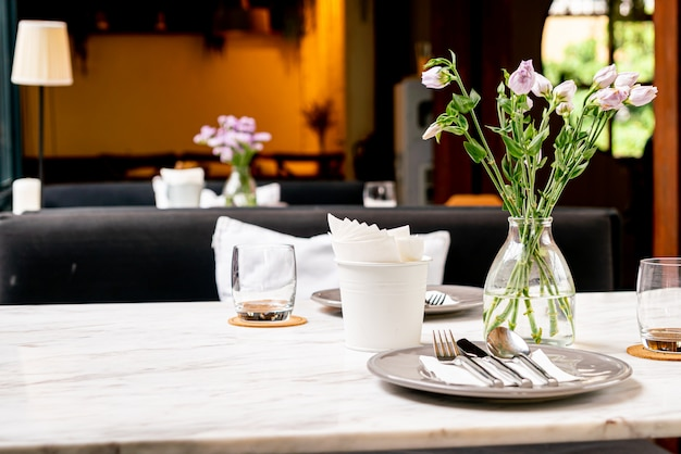 ダイニングテーブルの上に花瓶の美しい花